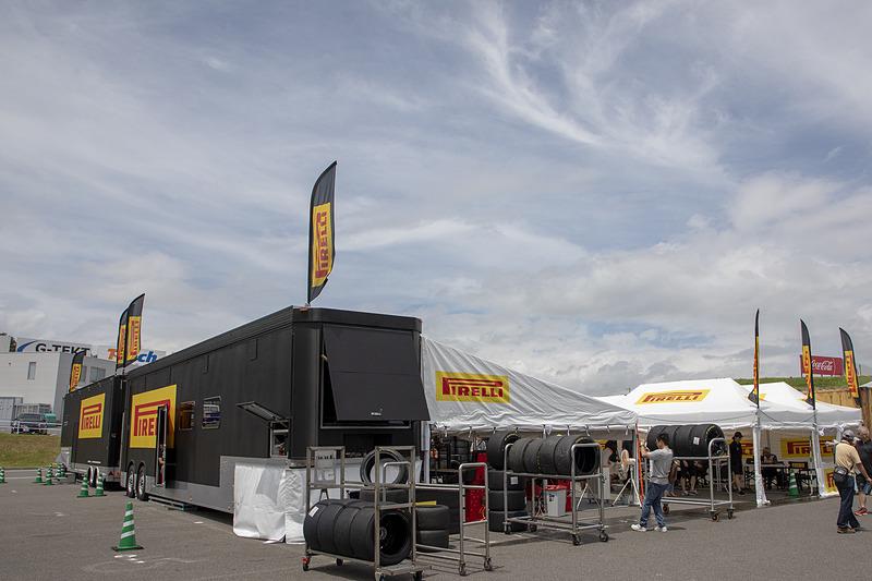 ランボルギーニ スーパートロフェオのタイヤはピレリのワンメイクなので、ピットの横にはピレリのサービステントも設けてある