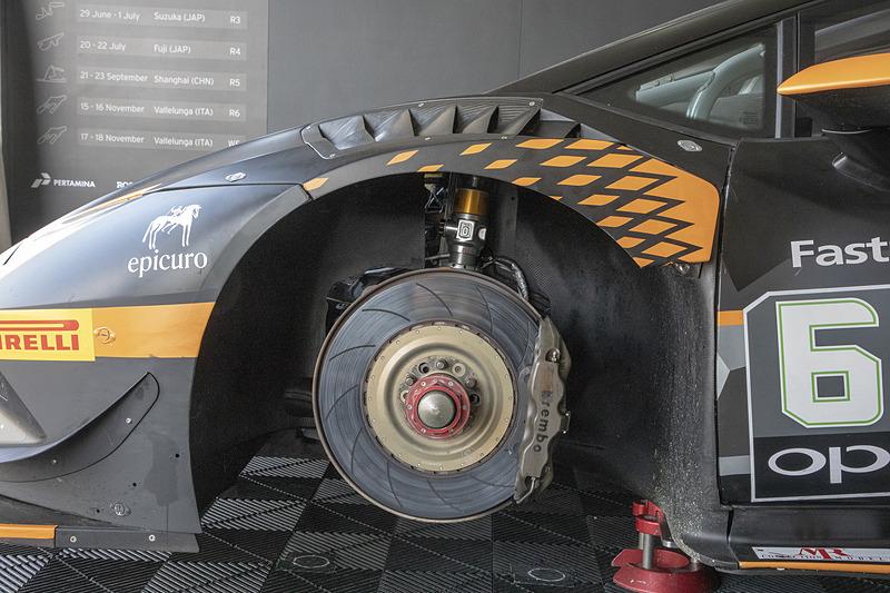 ウラカン スーパートロフェオ EVOのサスペンション。構造はダブルウィッシュボーン。ホイールはモノロック式で前後18インチ。タイヤはフロントが305/645 18、リアが315/680 18