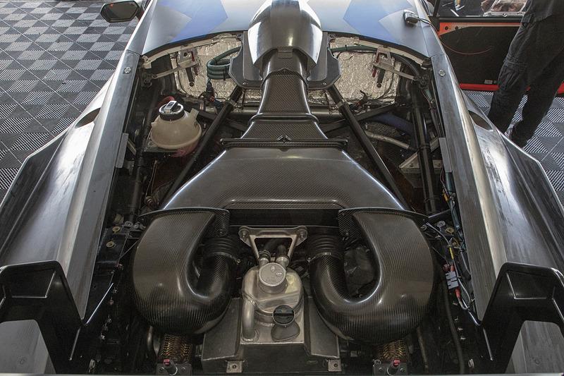駆動方式は2WD(MR)。エンジンはV型10気筒 5.2リッターで最高出力は620CV/8250rpm、最大トルクは570N・m/6500rpm。トランスミッションは6速シーケンシャル