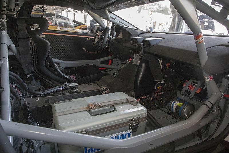 車内の様子。パワステは付いているがエアコンはないので、気温が高いときのレースではクールスーツなどを使用する