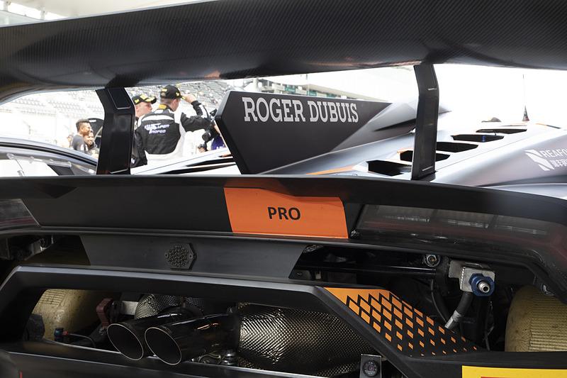 クルマの仕様は各クラスとも同一なので、クラスの見分けは車両後方にあるステッカーのみ。ちなみにに「PRO-AM」はプロドライバーとアマチュアドライバーがチームを組むクラスのこと