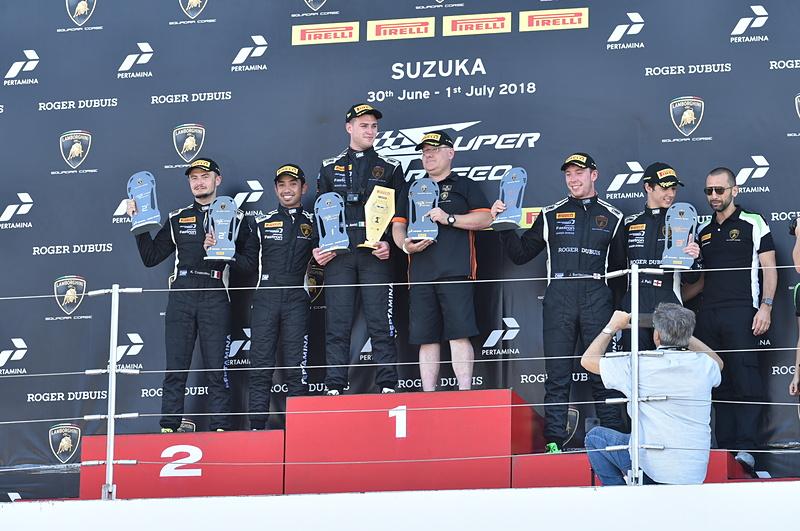 レース2の表彰台。優勝は#63のアミーチ/ヤノス組。2位は#11 コッツォリーノ/ヤジッド組。3位は#19 バーソロミュー/プル組