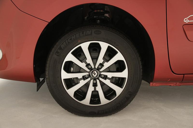 6J×15インチスチールホイールに専用デザインのホイールカバーを採用。タイヤサイズは前後共に195/65 R15を装着