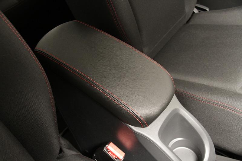 センターコンソールボックスは、シート同様に赤のステッチの入ったレザー調リッドを採用