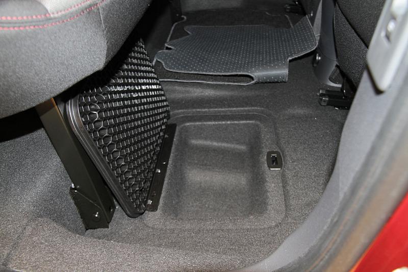 リア席で使えるフロントシートバックテーブルや、フロアに設けられた収納スペースもカングーの魅力の1つ