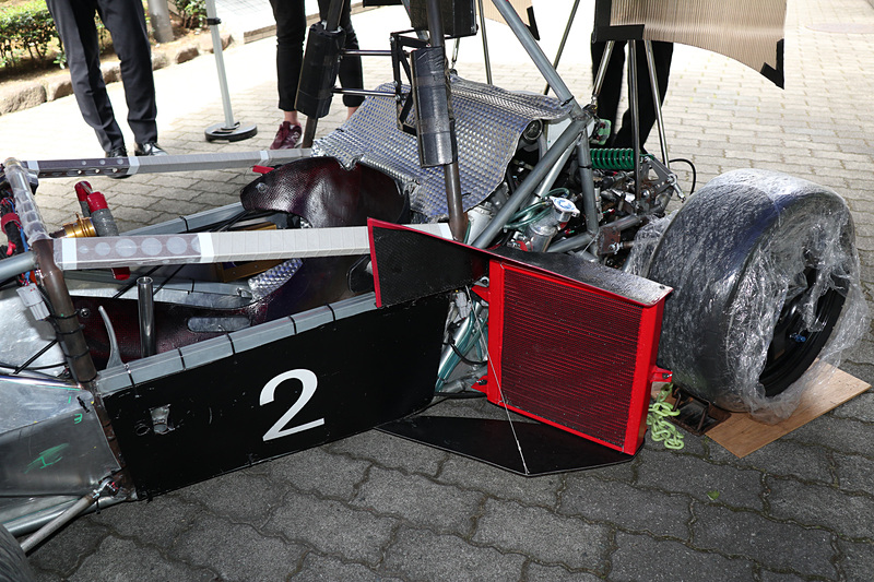 形状を最適化したというラジエターカバー。S014では重さも課題となったことからカーボンファイバー素材を採用している