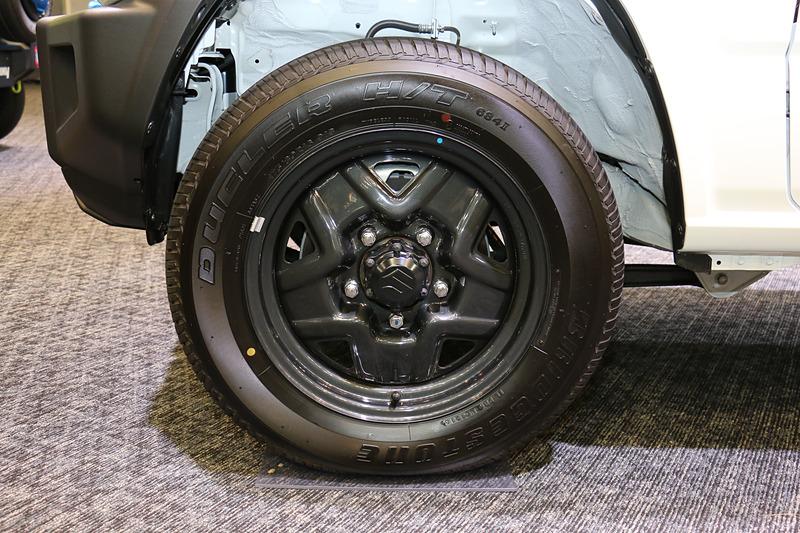 ジムニーのタイヤサイズは全車175/80 R16。写真のスチールホイールのほか、XCではアルミホイールを標準装備する