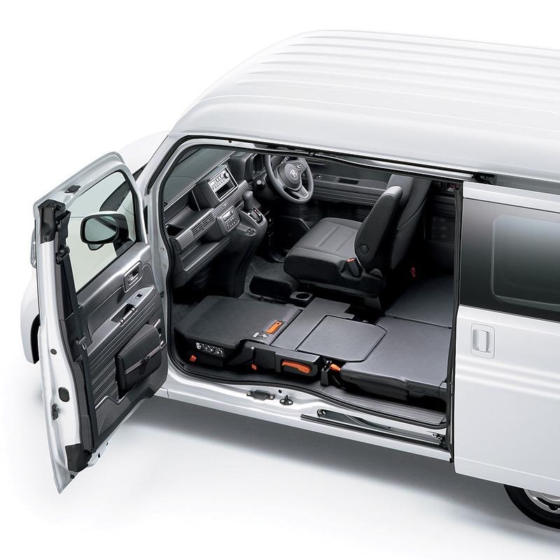 N-VANはセンターピラーレスにより助手席側から簡単にアクセス可能