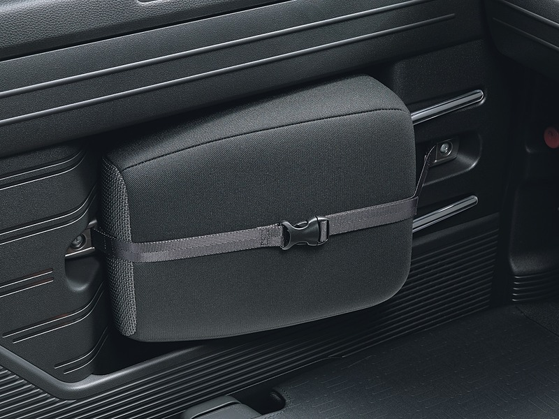 助手席のドアトリムには、助手席をダイブダウンする際に取り外すヘッドレストを固定可能