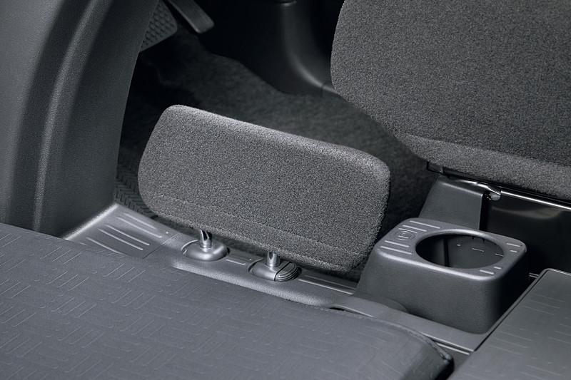 助手席から運転席に小物などが侵入することを防ぐ「小物侵入防止板」