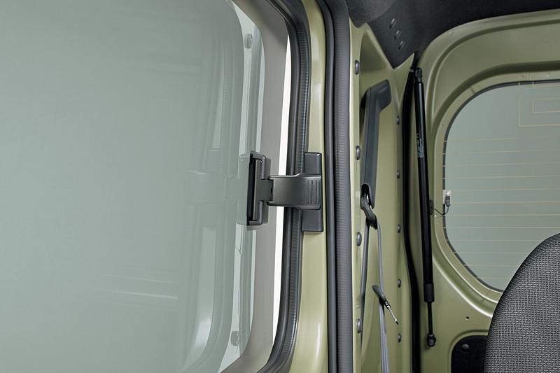 リアウィンドウはポップアップ機構付ガラスとなり、全開にはできない