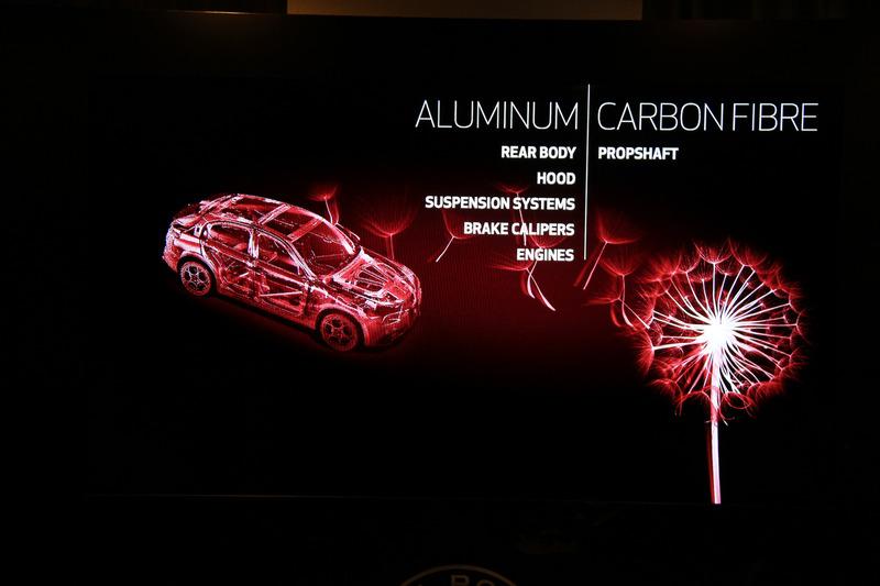 リアボディ、ボンネットフード、サスペンション、ブレーキキャリパー、エンジンなどにアルミニウムを、プロペラシャフトにカーボンファイバーを採用