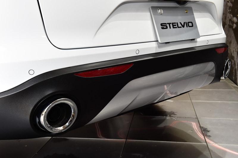 ファースト・エディションのヘッドライトはバイキセノン式で、LEDデイタイムランニングライトを備える。エンジンフードやフロントフェンダー、ドアアウターパネル、リアハッチには軽量なアルミニウム素材を採用し、理想的な前後重量配分や優れたパワーウェイトレシオを実現