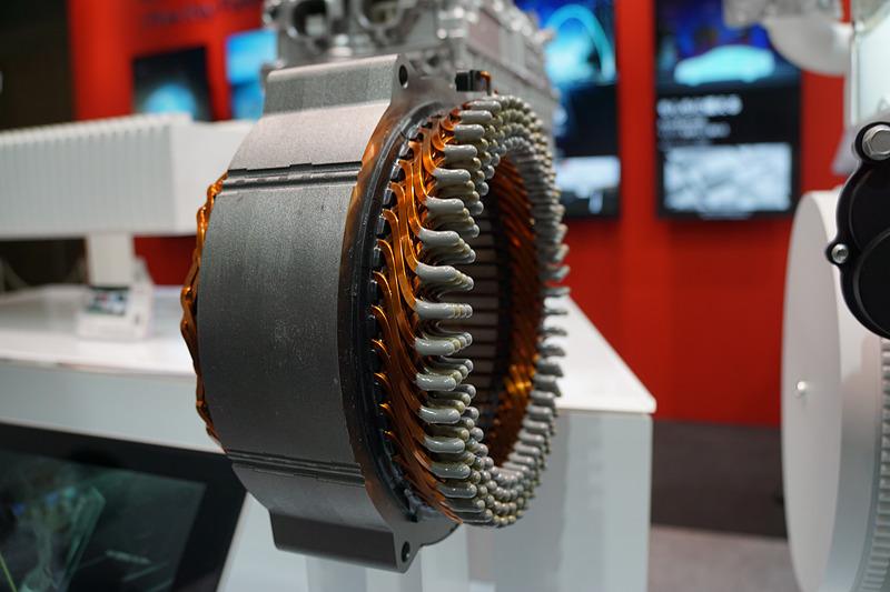 SiCパワーデバイスやモーターの構造なども確認できるデンソーブース