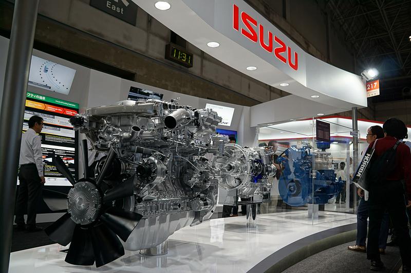 近代化産業遺産の空冷式直列4気筒「DA4型」ディーゼルエンジンを展示したいすゞ自動車ブース