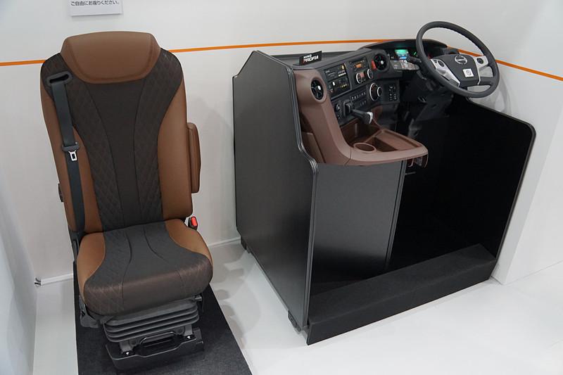 エンジンやヘッドライト、シートやインパネなどを展示する、日野自動車ブース