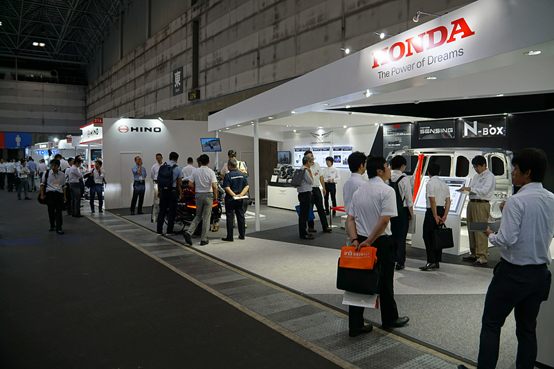 カウルを外した「ゴールドウイング」の車体やエンジン、「N-BOX」のホワイトボディなどを展示するホンダブース