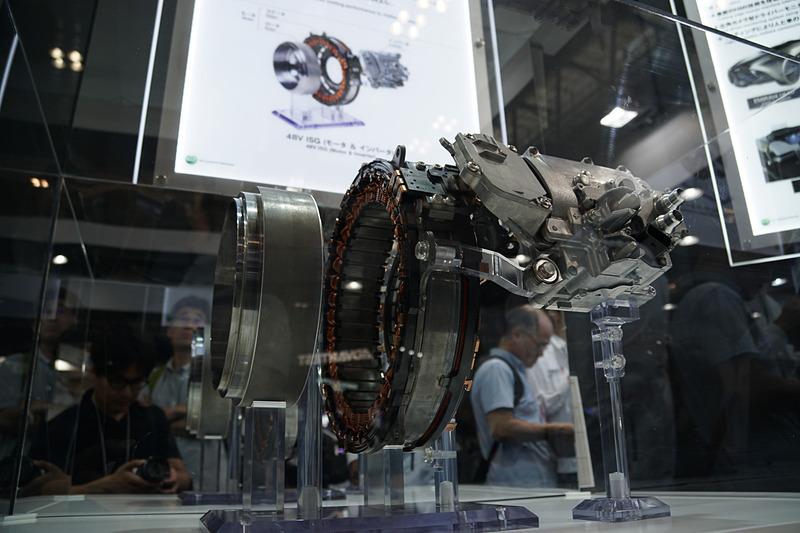 メルセデス・ベンツに採用された「48Vハイブリッド車用エンジン出力軸直結型ISGシステム」を展示する三菱電機ブース