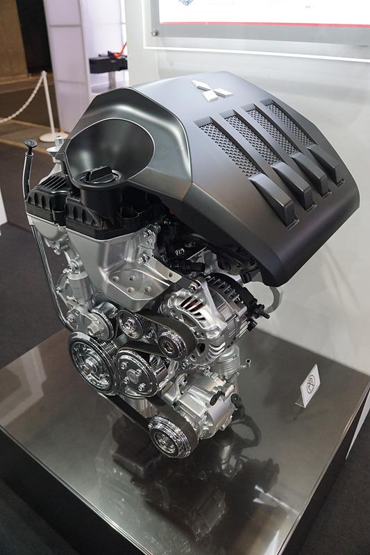 「エクリプス クロス」を展示する三菱自動車工業ブース