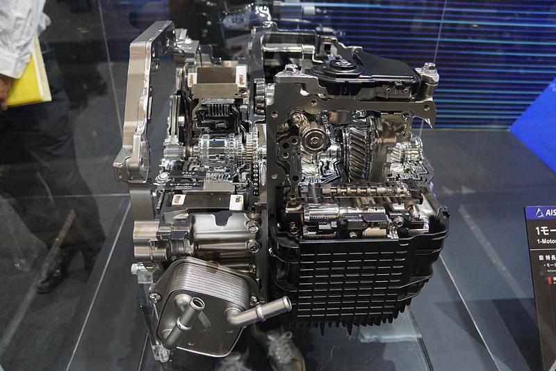 アイシングループのブースで展示された「FF車用1モーターハイブリッドトランスミッション」