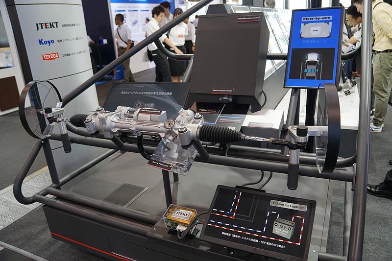 ステアバイワイヤシステムを展示するジェイテクトブース