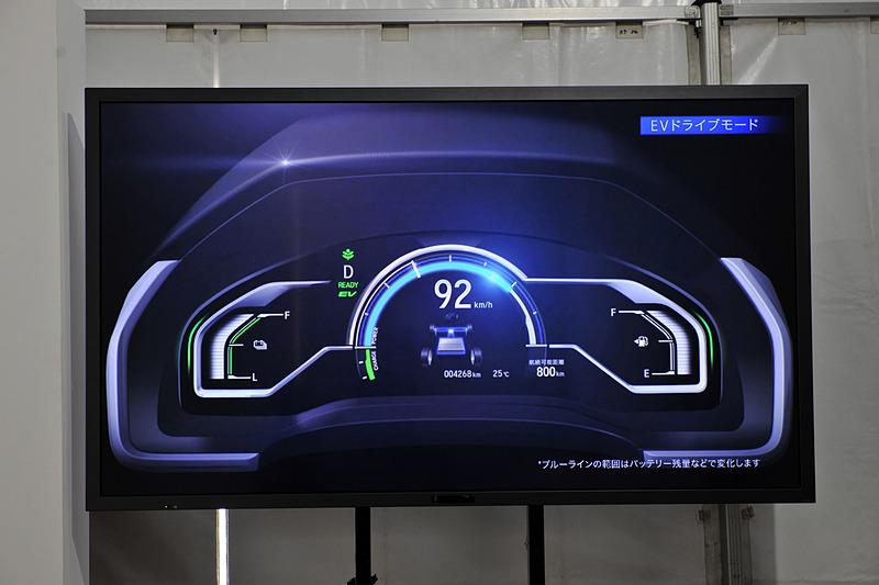 スピードメーター上部のブルーラインでEV走行可能領域を可視化