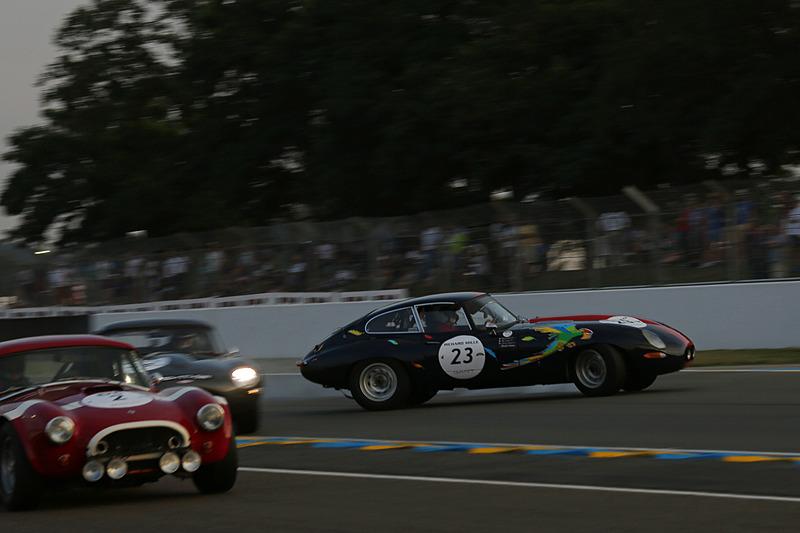 レース2でスピンしてサンドトラップに入る23号車 ジャガー タイプE 3.8L(1964年)