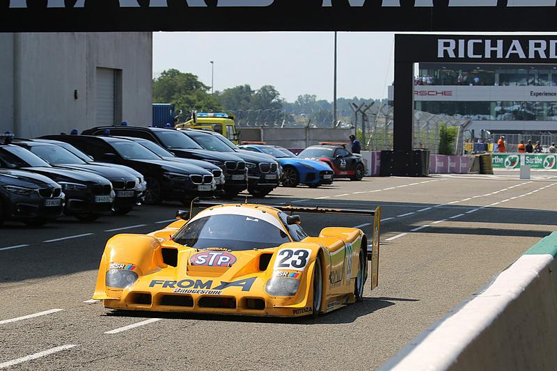 トップを走行も、左リアタイヤのバーストでピットに戻る久保田克昭氏の日産 R90 CK(1990年)