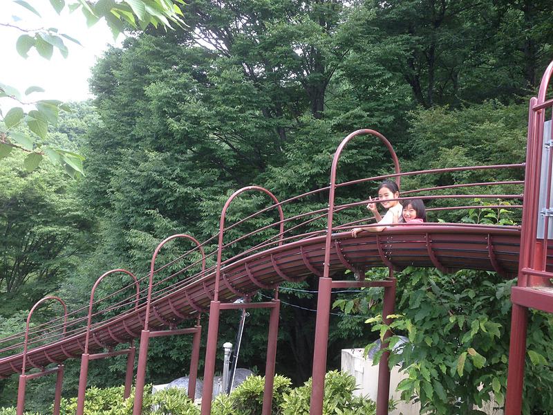 長野県諏訪市にある立石公園のロングすべり台は、全長50m以上。ローラー式なので、100円ショップなどで売っているすべり台用マットなどをお尻の下に敷いて滑ると、快適&楽しさ倍増です