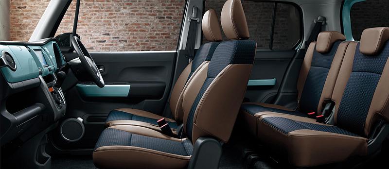 インテリアでは専用色「オフブルー」のインパネや、レザー調とファブリック表皮を組み合わせた専用シートを採用。「ナノイー」搭載フルオートエアコンも搭載