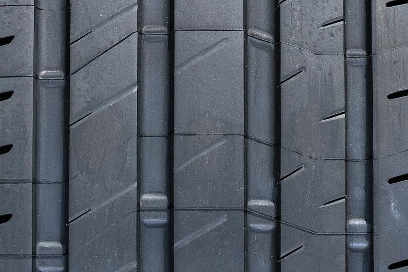 左からアウト側、センター、イン側のトレッドパターン。S001に比べ直線を活かしたデザインとなっており、横溝も減っていることからより高剛性になっていることが分かる