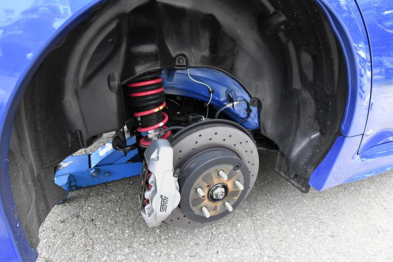 足まわりは専用開発品のダンパー&スプリングや、ハイμブレーキパッドを採用したブレンボ製ブレーキシステムを装備して操作性や制動力を強化