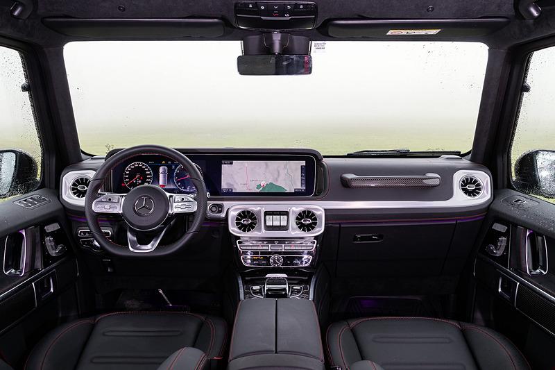 インテリアではGクラスのエクステリアで採用されるパーツをモチーフにしたデザインを採用。ボディの大型化に伴い室内各部のサイズが拡張され、従来モデルから前席レッグルームが38mm、後席レッグルームが150mm、前席ショルダールームが38mm、後席ショルダールームが27mm、前席エルボ―ルームが68mm(全て欧州参考値)それぞれ拡大して居住性が高められている