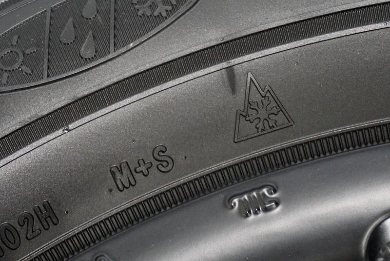 アシュアランス ウェザーレディーにもスノーフレークマークが入っているので、冬タイヤ規制が行なわれている道路でも通行できる