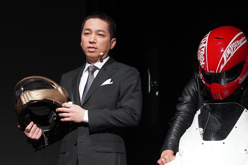 株式会社ジャパンディスプレイ 常務執行役員 チーフマーケティングオフィサー(CMO)の伊藤嘉明氏が手に持つのがスマートヘルメット「XHD-01」