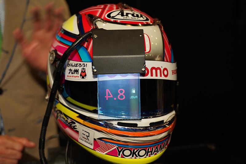 走行中に確認が必要となる温度、燃費などの情報を透明ディスプレイに表示する高透過 透明カラーディスプレイを装着したヘルメット