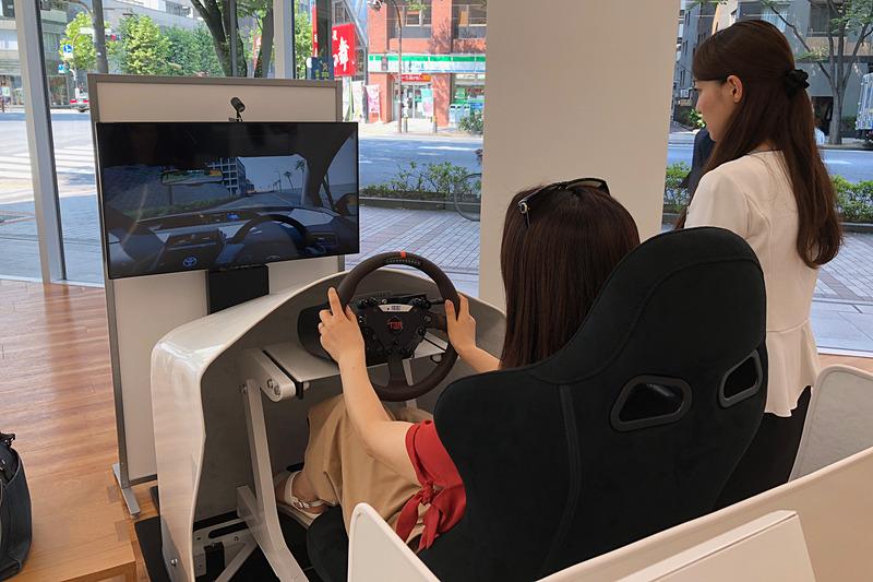 さまざまな事故原因の回避をサポートする、トヨタの先進安全技術をVRシミュレーターで擬似体験できるマシンに挑戦! したのですが、私の脳は先進技術にめっぽう弱く(笑)、VRに酔ってしまうので今回はヘッドセットを外した状態で体験させていただきました。それでもコースアウトしたりブレーキが遅れたりと、センスゼロ(涙)。ぜんぜん平気、という方はぜひVRでどうぞ~