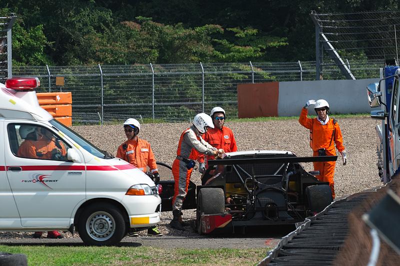 リアセクションが大きく壊れている38号車 ZENT CERUMO LC500。スピンしながらぶつかったことが分かる