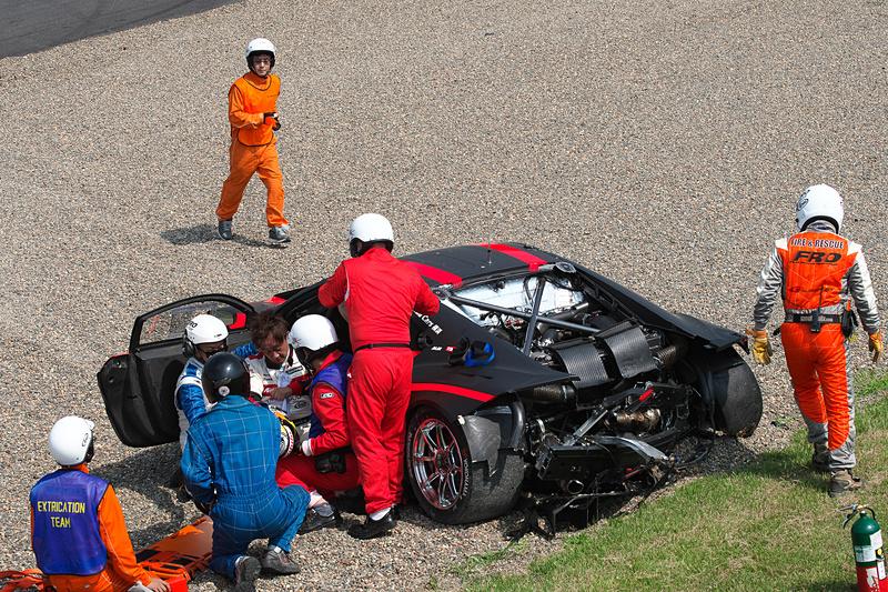 38号車 ZENT CERUMO LC500に後方から追突され、とくにリアが大きく壊れた34号車 Modulo KENWOOD NSX GT3。クルマから無事助け出された道上龍選手