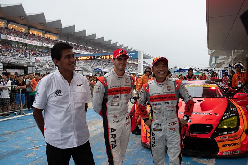 GT300クラス優勝の55号車 ARTA BMW M6 GT3。左から、ARTA監督 鈴木亜久里氏、ショーン・ウォーキンショー選手、高木真一選手