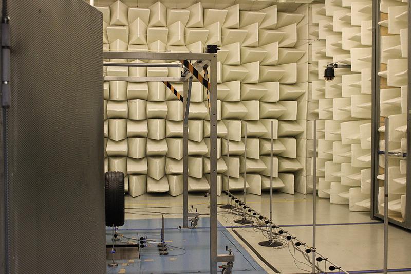 半無響室の様子。内部にあるものは基本的にすべてミシュランの内製になっている