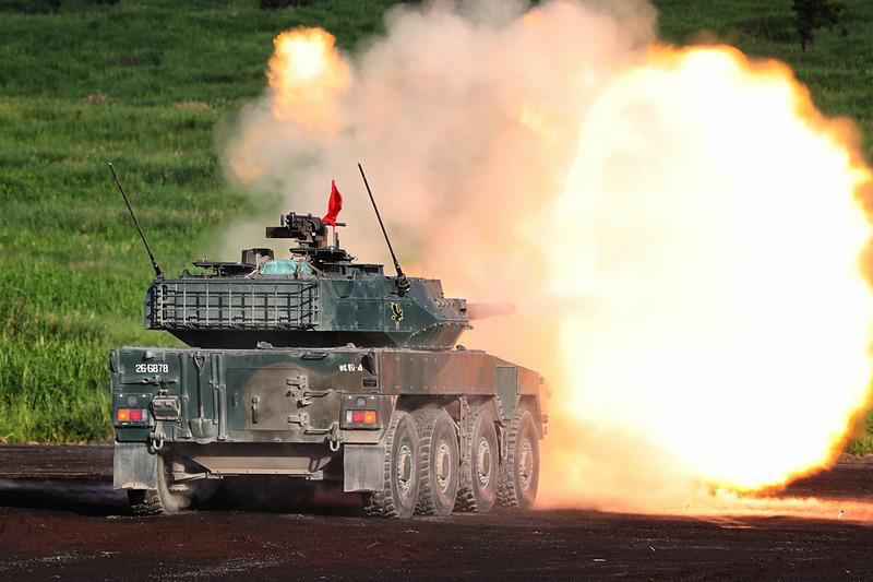 「平成30年度富士総合火力演習」で実弾射撃する16式機動戦闘車