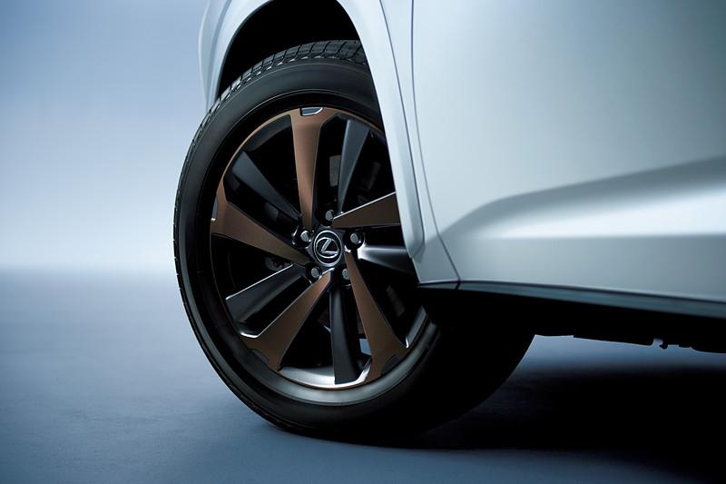 ブロンズ・カラード切削光輝となる18×7 1/2Jアルミホイール&225/60R18 100Hタイヤはメーカーオプション