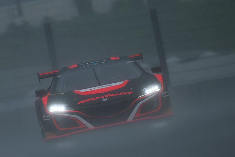 感触を確かめるように周回を重ねる34号車。一時雨が激しくなり練習走行が赤旗中断となる場面も