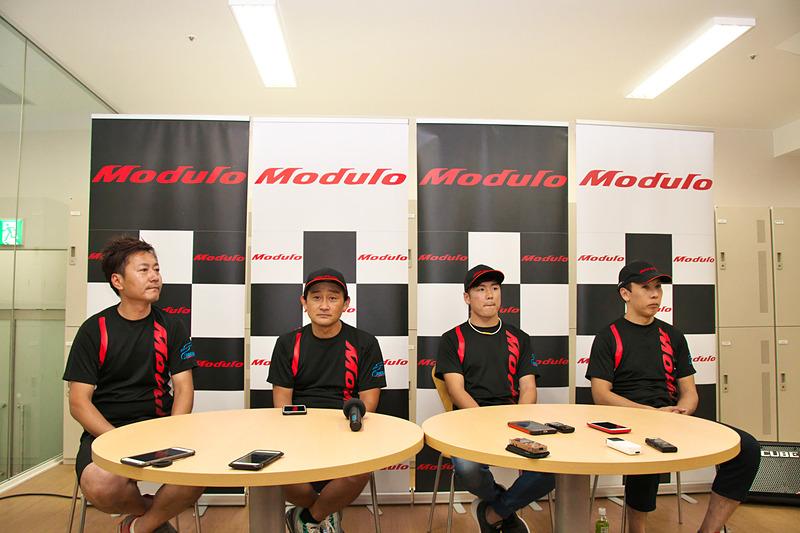 記者会見に臨む34号車Modulo Drago CORSEの3選手と監督