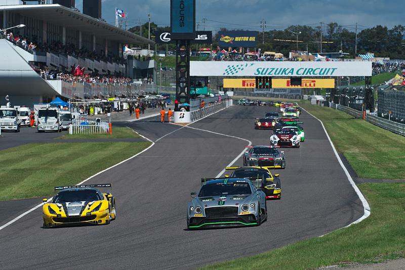 フォーメーションラップでスタートできない28号車 HubAuto Corsa(Ferrari 488 GT3、ニック・フォスター/デイビッド・ペレル/吉田広樹組)