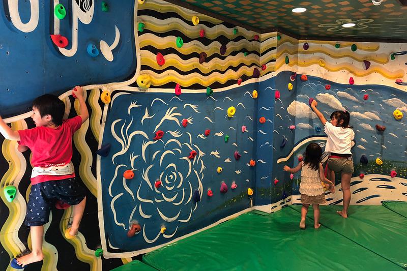 東京ドイツ村には冷房が効いた無料の休憩室があるのですが、なんとそこには子供用のボルダリングが! 無料で遊べて子供たちは大喜びでした