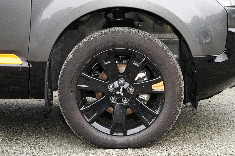タイヤは標準装備のノーマルタイヤ(サイズ:225/55 R18)が使われた。専用開発のマッド&スノータイヤだ