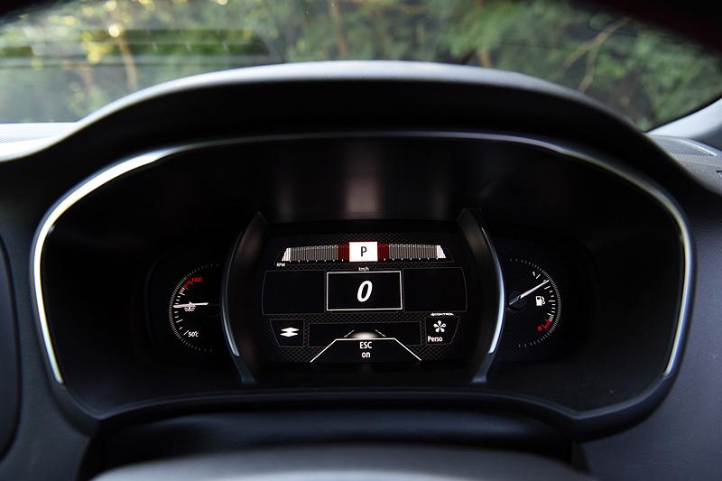 「コンフォート」「ニュートラル」「スポーツ」「レース」「パーソナル」という5つの走行モードを用意する「ルノー マルチセンス」。それぞれのモードに応じてメーターまわりの表示も切り替わる