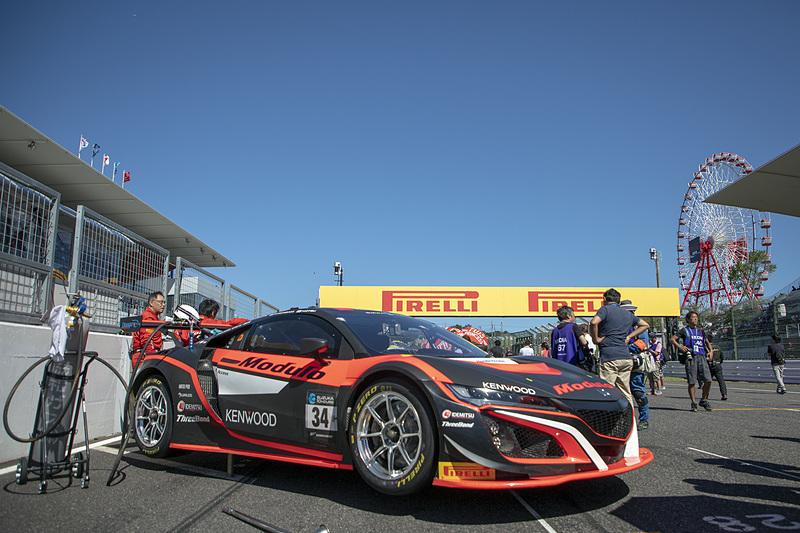 Suzuka10Hのグリッドはコースに対して斜めに駐めるスタイル。スタートはローリング形式だ